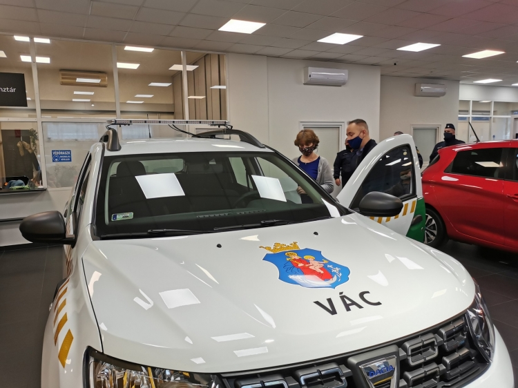 Átvették új autójukat a közterület-felügyelõk